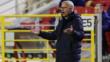 Video: Mourinho, Anvers'te kötü bir yenilginin ardından Spurs oyuncularına çarptı